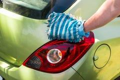 Obsługuje myć jego samochód - samochodowy domycia i samochodu cleaning pojęcie Obraz Stock
