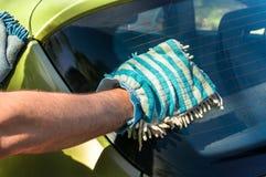 Obsługuje myć jego samochód - samochodowy domycia i samochodu cleaning pojęcie Zdjęcie Stock
