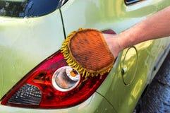 Obsługuje myć jego samochód - samochodowy domycia i samochodu cleaning pojęcie Fotografia Stock