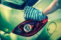 Obsługuje myć jego samochód - samochodowy domycia i samochodu cleaning pojęcie Obrazy Stock