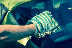 Obsługuje myć jego samochód - samochodowy domycia i samochodu cleaning pojęcie Zdjęcia Stock