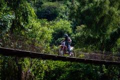 Obsługuje napędową jazdę nad starym mostem w Gwatemalskich górach obrazy royalty free
