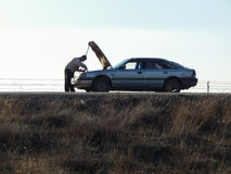 Obsługuje naprawiać łamanego samochód drogą Zdjęcie Royalty Free