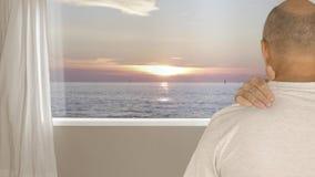 Obsługuje naprzeciw okno z widokiem na wieczór zmierzchu w morzu ono robi naramienny masaż zdjęcie wideo