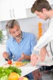 Obsługuje narządzanie posiłku ręki gesty z młodym mężczyzna Zdjęcie Stock