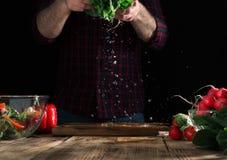 Obsługuje narządzanie sałatki świezi warzywa na drewnianym stole Obrazy Stock