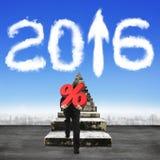 Obsługuje nieść odsetka znaka wspina się starych schodki w kierunku 2016 clo Obrazy Stock