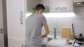 Obsługuje obmycie w domu talerz na kuchni zbiory wideo