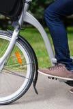 Obsługuje obsiadanie na bicyklu, wizerunek z nogą i frontowego koło, Zdjęcie Royalty Free