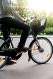 Obsługuje obsiadanie na rowerze i wyszukiwać w smartphone, lato Zdjęcie Royalty Free