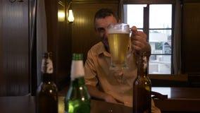 Obsługuje obsiadanie przy barem z szkłem piwo w przodzie, otuchy i napoje - zdjęcie wideo