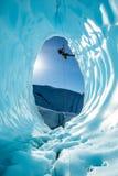 Obsługuje obwieszenie od arkany wśrodku wielkiej lodowej jamy Matanuska lodowiec w Alaska backcountry obrazy royalty free