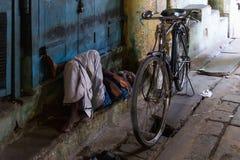 Obsługuje odpoczywać w Kumbakonam bazar, India obrazy stock