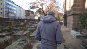 Obsługuje odprowadzenie na cmentarzu, odwiedzający grób kochający krewny, czuje ból strata zdjęcie royalty free