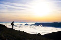 Obsługuje odprowadzenie wśród gór z morzem chmury zdjęcia stock
