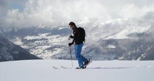 Obsługuje odprowadzenie w górę unosić się wzdłuż śnieżnego grań krajobrazu Mountaineering narty aktywność Narciarki zimy sporta w zbiory wideo