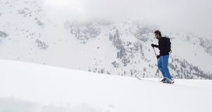 Obsługuje odprowadzenie w górę unosić się wzdłuż śnieżnego grań krajobrazu Mountaineering narty aktywność Narciarki zimy sporta w zbiory