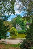 Obsługuje odprowadzenie wzdłuż ścieżki przy parkowym Parc des Chaumont w P obrazy royalty free