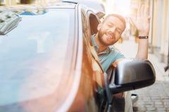 Obsługuje opierać z samochodowego okno powitania i someone Zdjęcie Royalty Free
