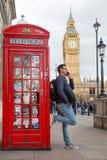 Obsługuje opowiadać na telefonie komórkowym, czerwonym telefonicznym pudełku i Big Ben, Londyn, Anglia Fotografia Royalty Free