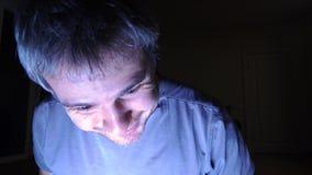 Obsługuje otwarcie iluminującego kreślarza w ciemnym pokoju, zamyka up, Sukces, znalezisko, odkrywa pojęcia i zaskakuje 4K wideo