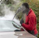 Obsługuje parowego cleaning powierzchowność luksusowy samochód obraz royalty free