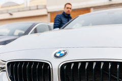 Obsługuje patrzeć BMW samochód przed robić decyzi kupować je Fotografia Stock