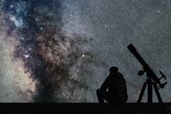 Obsługuje patrzeć gwiazdy, astronomia teleskop Milky sposób gwiaździsty zdjęcia royalty free