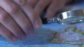 Obsługuje patrzeć mapę wybiera miejsce odwiedzać świat przez powiększać - szkło, zbiory wideo