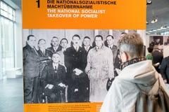 Obsługuje patrzeć na fotografii Adolf Hitler przy muzealnym terenoznawstwem fotografia stock