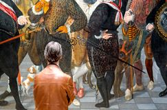 Obsługuje patrzeć obraz w Rijksmuseum, Amsterdam zdjęcia royalty free