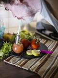 Obsługuje pić koktajl robić od szklanego projekta słoju i sączyć owoc i erbs Obrazy Stock