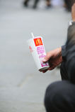 Obsługuje pić McDonalds sodę na stret backgroun Zdjęcia Royalty Free