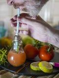 Obsługuje pić natchnącą wodę i sączyć cytryna i erbs dla detox podczas gdy zamocowania lekarstwo od szklanego projekta słoju Zdjęcie Royalty Free