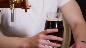 Obsługuje pić piwny przy pubu baru HD zakończenia zwolnionego tempa wideo i cieszyć się napój Męski gość kosztuje lager od szkieł zbiory wideo