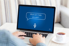 Obsługuje pisać na maszynie laptop klawiaturę z app asystentem osobistym na ekranie Zdjęcia Stock
