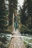 Obsługuje podróżnika w dzikiego lasowego skrzyżowanie rzeki na bela moscie Zdjęcia Royalty Free