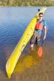 Obsługuje podróżować na rzece w kajaku Obraz Royalty Free