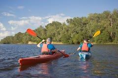 Obsługuje podróżować na rzece w kajaku Zdjęcia Royalty Free