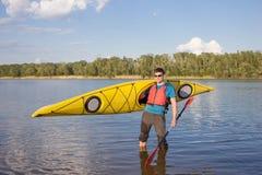 Obsługuje podróżować na rzece w kajaku Obrazy Stock