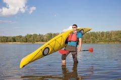 Obsługuje podróżować na rzece w kajaku Fotografia Stock