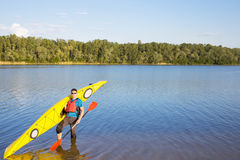 Obsługuje podróżować na rzece w kajaku Zdjęcia Stock