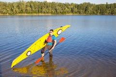 Obsługuje podróżować na rzece w kajaku Fotografia Royalty Free