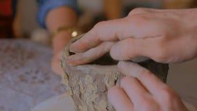 Obsługuje pokazywać dlaczego robić glinianemu kubkowi w ceramicznym studiu zdjęcie wideo