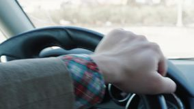 Obsługuje pokrętną kierownicę samochód podczas jeżdżenia, dzień droga zbiory wideo