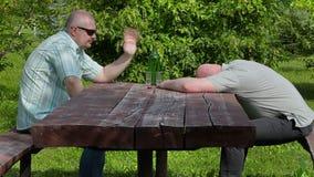 Obsługuje polanego i napoju szkło alkohol inny opiły mężczyzna dosypianie zbiory wideo