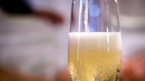 Obsługuje polanego szampana w szkło zdjęcie wideo