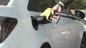 Obsługuje pompować benzyny paliwo w samochodzie przy benzynową stacją zbiory wideo