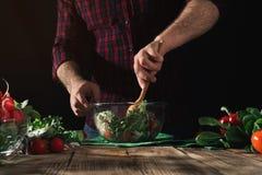 Obsługuje porywającej sałatki świezi warzywa na drewnianym stole Fotografia Royalty Free