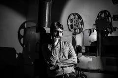 Obsługuje pozycję blisko ekranowego projektoru w izbowym projectionist zdjęcie royalty free